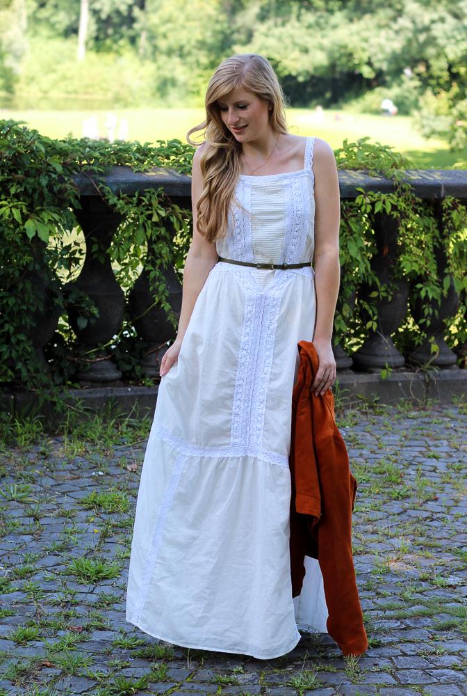 Weißes Maxikleid kombinieren Sommeroutfit orange Wildlederjacke Rheinaue Bonn Modeblog BrinisFashionBook 8