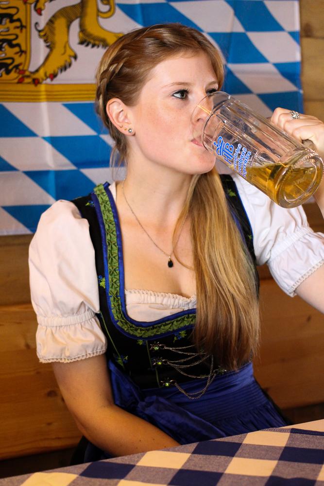 Dirndl Modeblogger Bonn kombinieren Oktoberfest Kameha Outfit Trends Brunch Maß Bier
