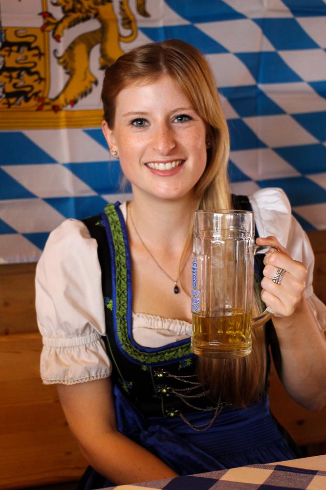 Dirndl Modeblogger Bonn kombinieren Oktoberfest Outfit Trends bayrischer Brunch Maß Bier