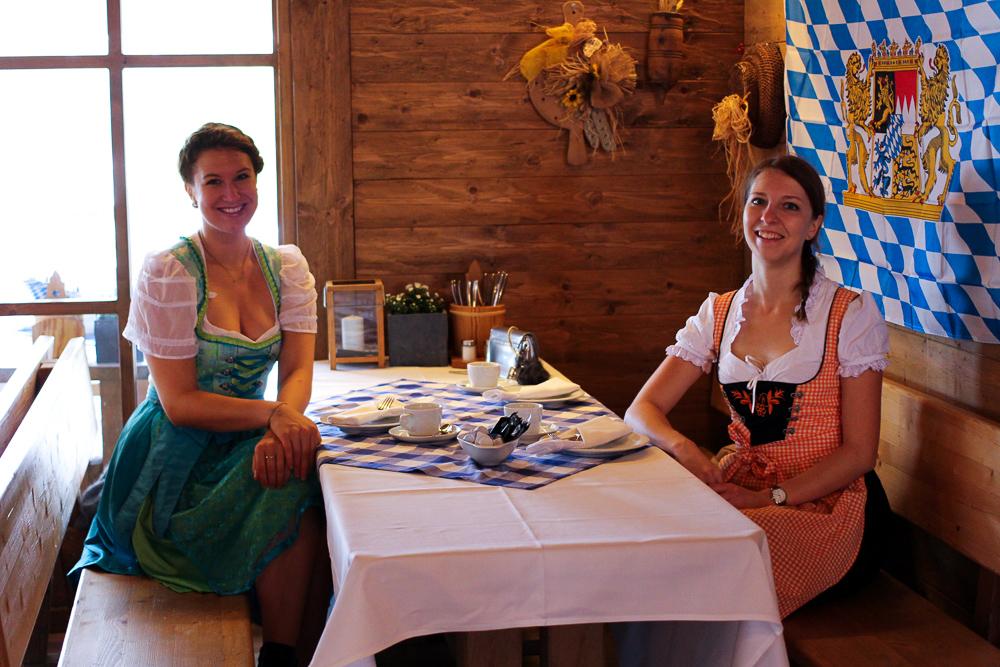 Dirndl Modeblogger Bonn kombinieren Oktoberfest Outfit Trends bayrischer Brunch