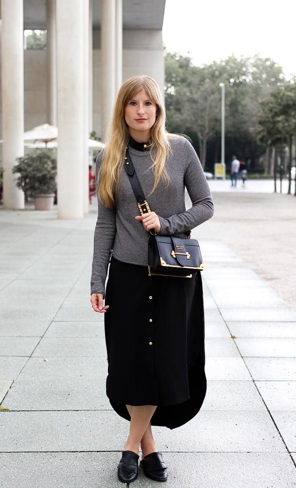 Herbst Trend Tasche Prada Cahier Bag schwarzes Maxikleid kombinieren Slip-in-loafer H&M Modeblog Herbstoutfit 8