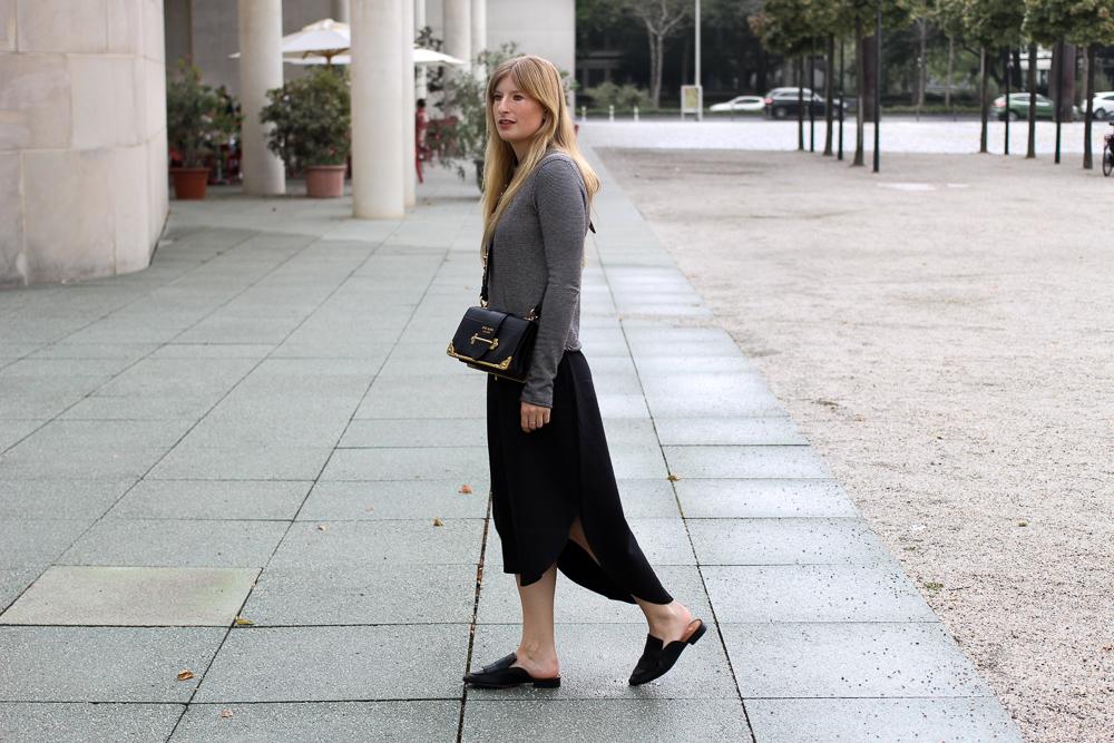 Herbst Trend Tasche Prada Cahier Bag schwarzes Maxikleid kombinieren Zara Pullover Modeblog Herbstoutfit 3