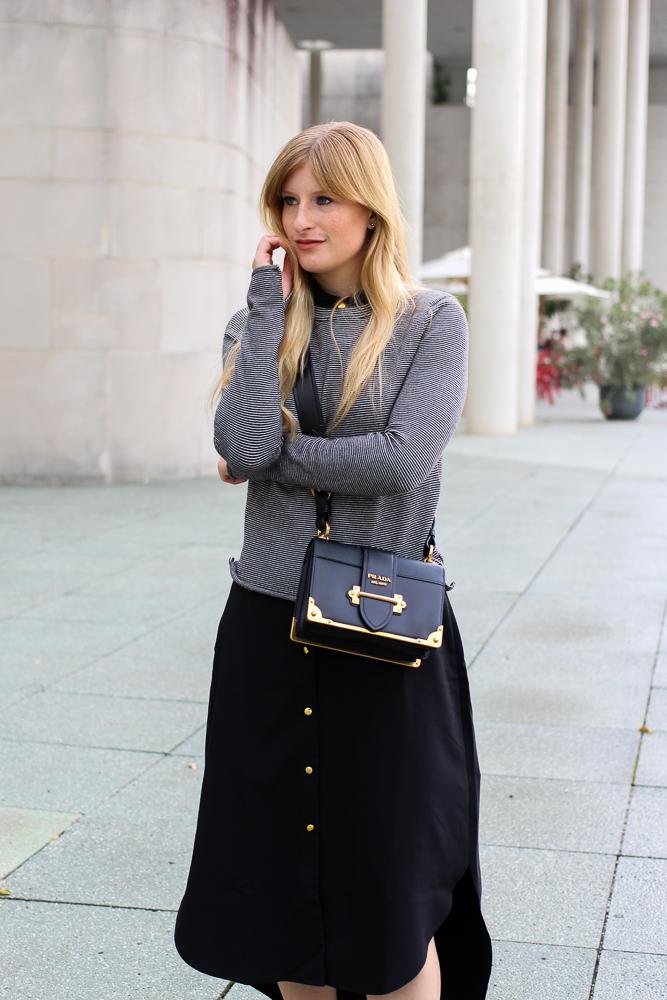 Herbst Trend Tasche Prada Cahier Bag schwarzes Maxikleid kombinieren Zara Pullover Modeblog Herbstoutfit 6