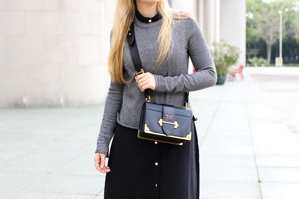 Herbst Trend Tasche Prada Cahier Bag schwarzes Maxikleid kombinieren Zara Pullover Modeblog Herbstoutfit 8