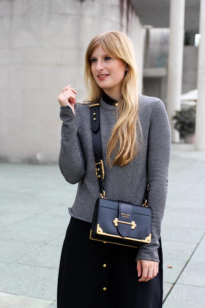 Herbst Trend Tasche Prada Cahier Bag schwarzes Maxikleid kombinieren Zara Pullover Modeblog Herbstoutfit 9