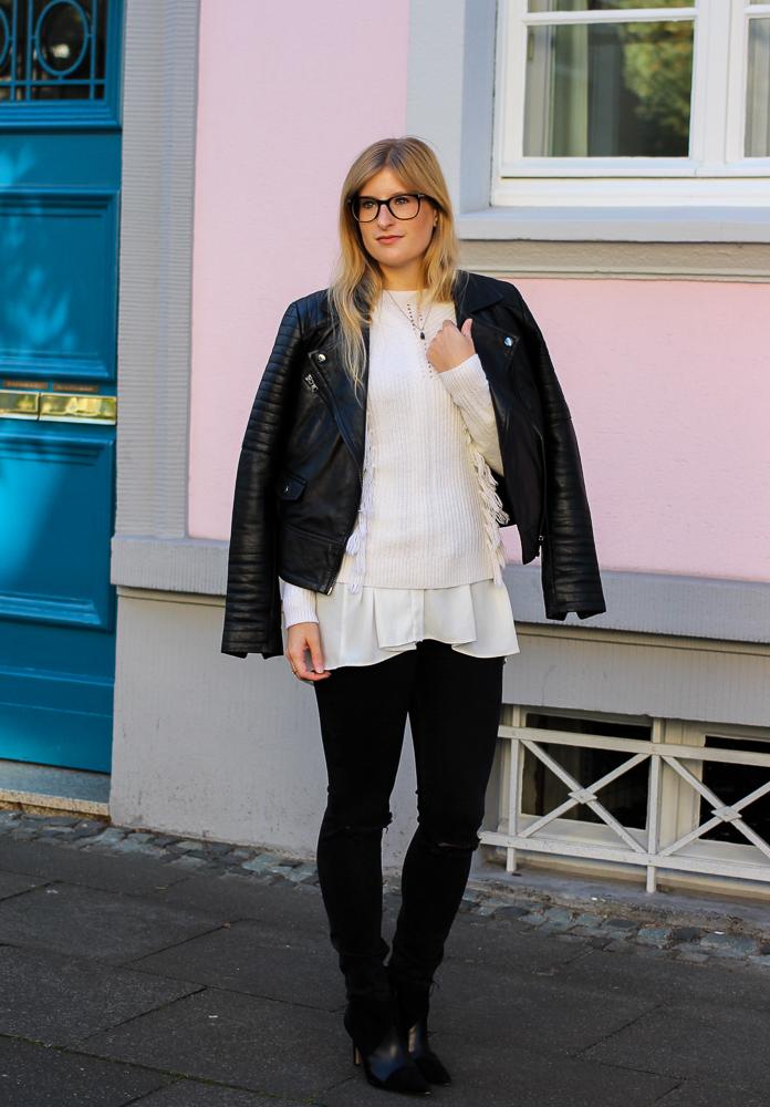 Streetstyle Köln Schwarze Lederjacke Ripped Jeans kombinieren Wollpulli Layering Modeblog Brini 1