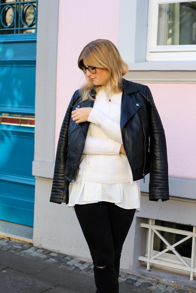 Streetstyle Köln Schwarze Lederjacke Ripped Jeans kombinieren Wollpulli Layering Modeblog Brini 2