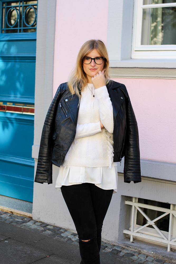 Streetstyle Köln Schwarze Lederjacke Ripped Jeans kombinieren Wollpulli Layering Modeblog Brini 4