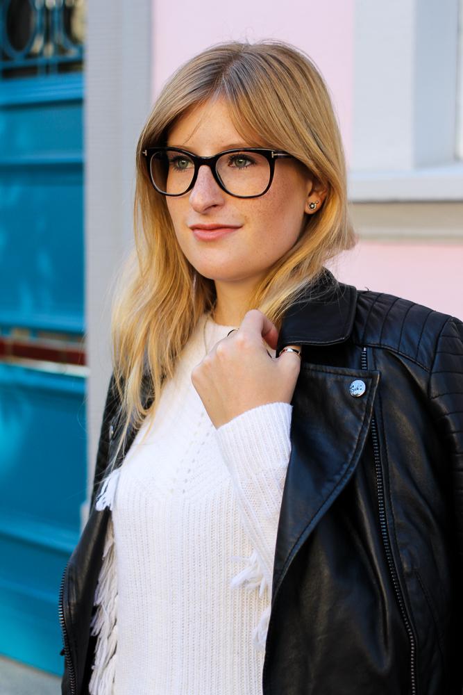 Streetstyle Köln Schwarze Lederjacke kombinieren Wollpulli Brille Modeblog Brini 7