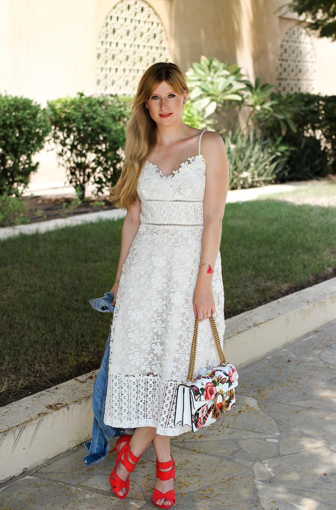 Weißes Spitzenkleid Jeansjacke Stickereien Gucci Dionysus OOTD Outfit Modeblog summer street style 9