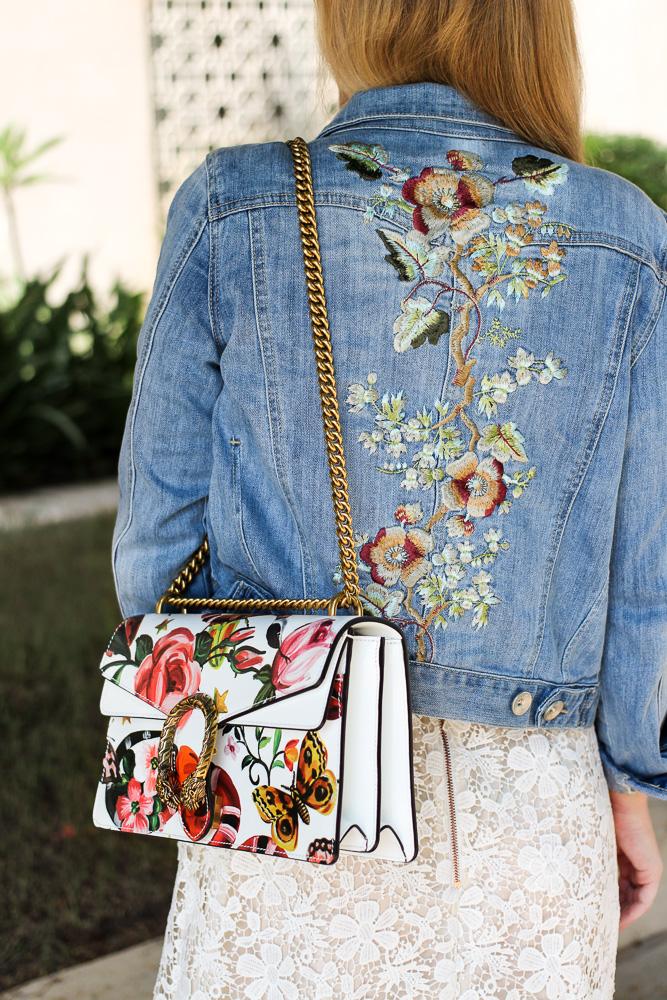 Weißes Spitzenkleid Jeansjacke mit Stickereien Gucci Dionysus Garden Print Modeblog 4