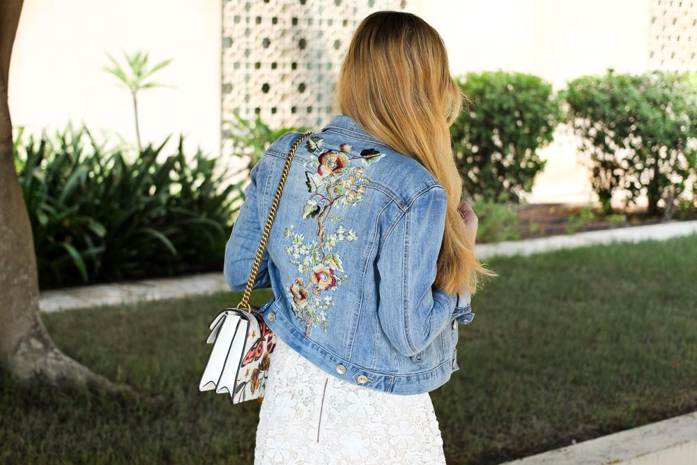 Weißes Spitzenkleid Jeansjacke mit Stickereien Gucci Dionysus Garden Print Modeblog 8