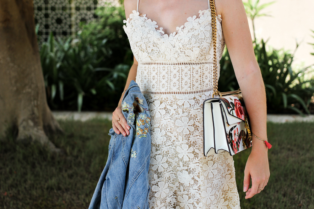 Weißes Spitzenkleid, Jeansjacke mit Stickereien & Gucci Dionysus