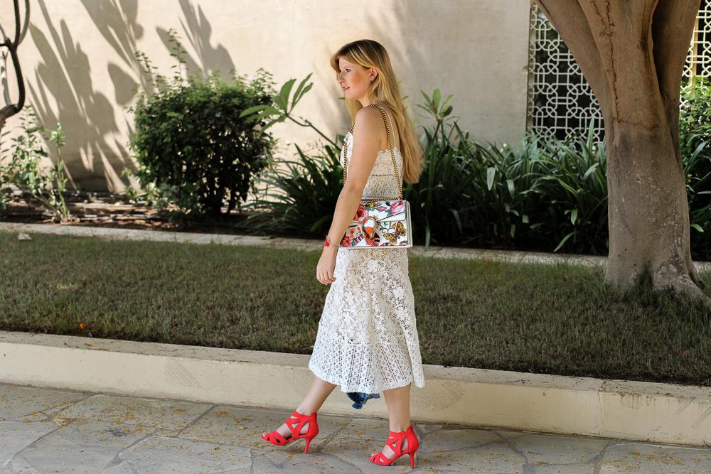 Weißes Spitzenkleid Urlaubsoutfit Gucci Dionysus Garden Print Modeblog Outfit street style 3
