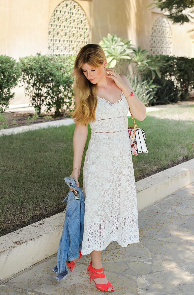 Weißes Spitzenkleid Jeansjacke Stickereien Gucci Dionysus OOTD Outfit Modeblog summer street style 6