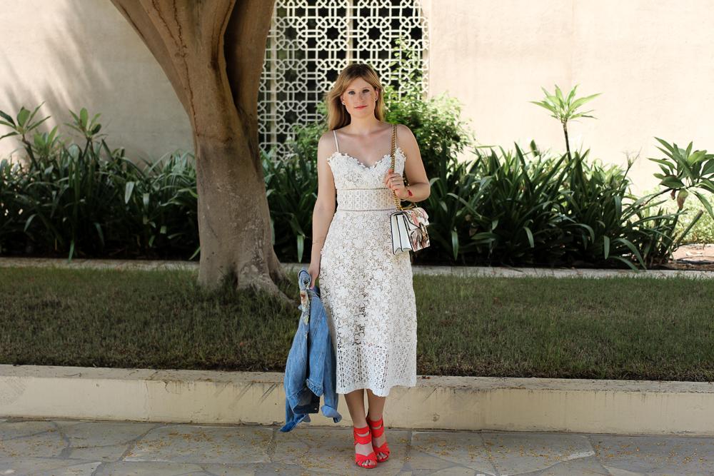 Weißes Spitzenkleid Jeansjacke Stickereien Gucci Dionysus OOTD Outfit Modeblog summer street style 93