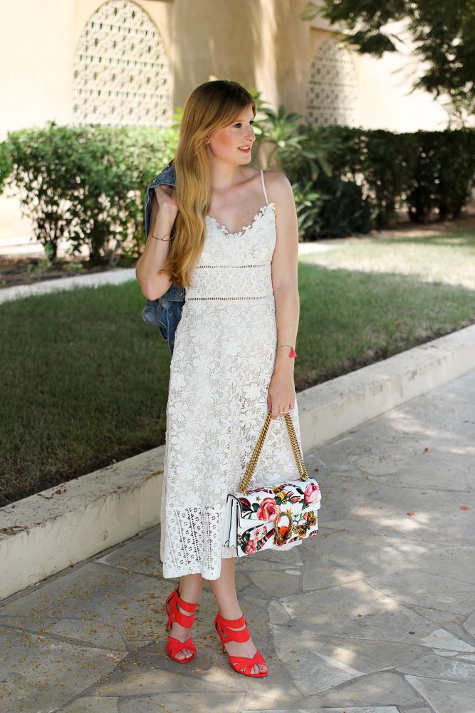 Weißes Spitzenkleid Jeansjacke mit Stickereien Gucci Dionysus Garden Print Modeblog 1