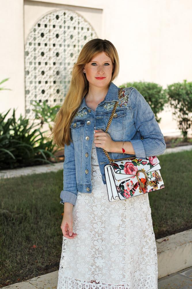 Weißes Spitzenkleid Jeansjacke mit Stickereien Gucci Dionysus Garden Print Modeblog 5