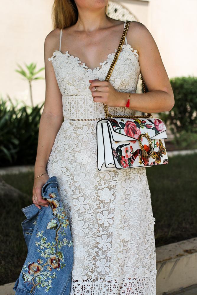 Weißes Spitzenkleid Jeansjacke mit Stickereien Gucci Dionysus Garden Print Modeblog 7