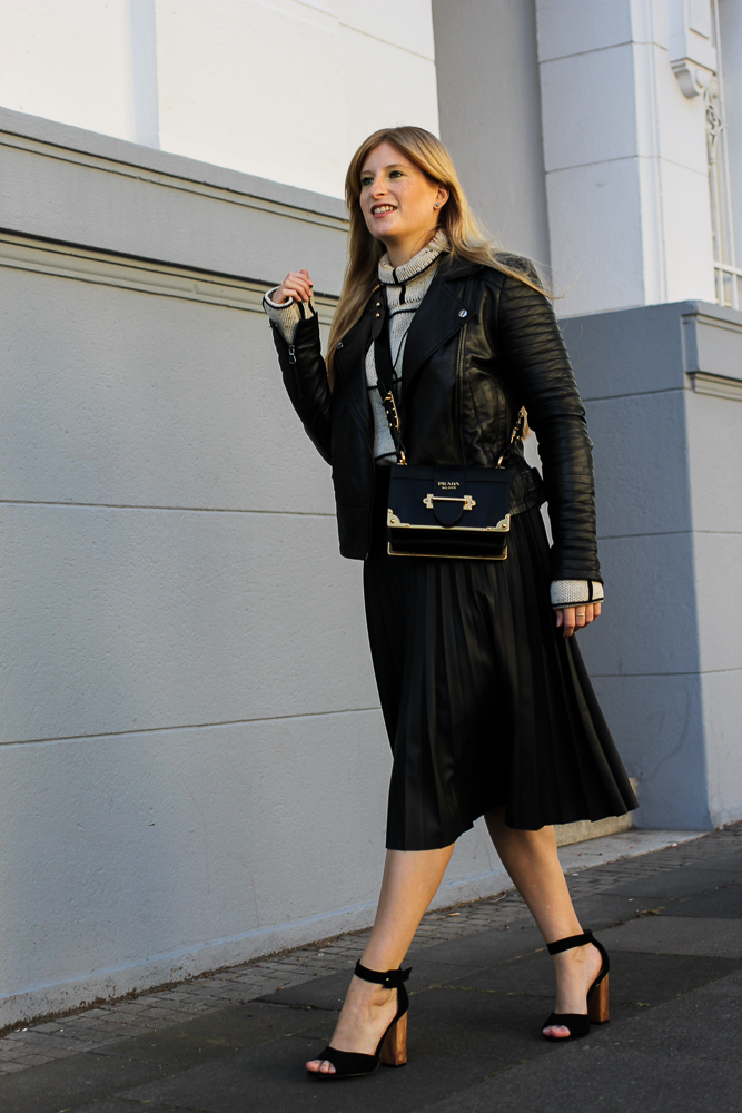 schwarze Lederjacke Falten Lederrock Oasis Rollkragenpullover Zalando Modeblog Köln street style 1