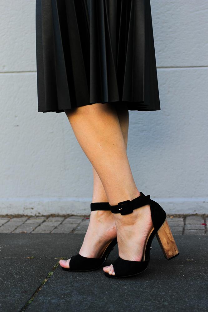 schwarze Lederjacke Falten Lederrock schwarze Heels street style Modeblog Köln Herbstlook 6