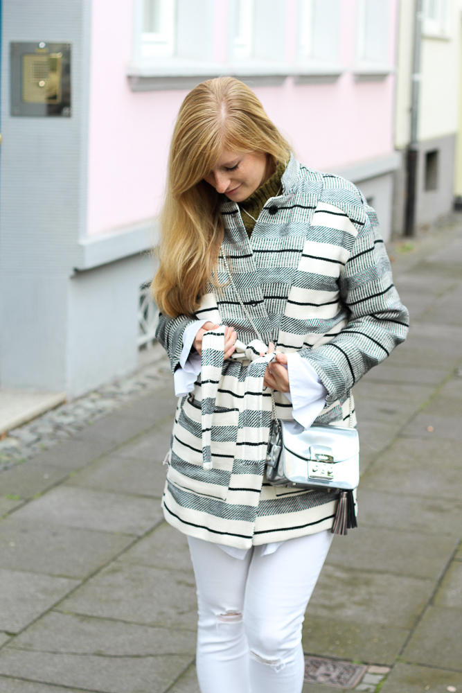 All White Look gestreifte Herbstjacke Furla Metropolis silber Fashion Blog Köln Outfit 2