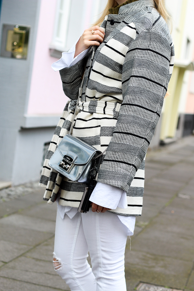 All White Look gestreifte Herbstjacke Furla Metropolis silber Fashion Blog Köln Outfit 8