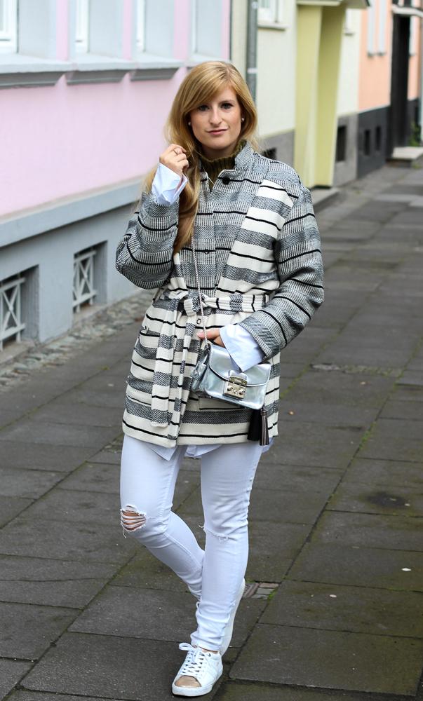 All White Sneaker Look gestreifte Herbstjacke Furla Metropolis silber Fashion Blog Köln Outfit 1