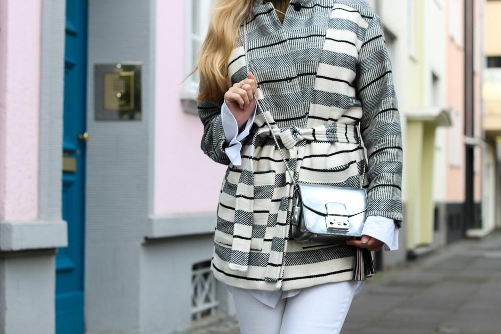 All White Sneaker Look gestreifte Herbstjacke Furla Metropolis silber Fashion Blog Köln Outfit 5