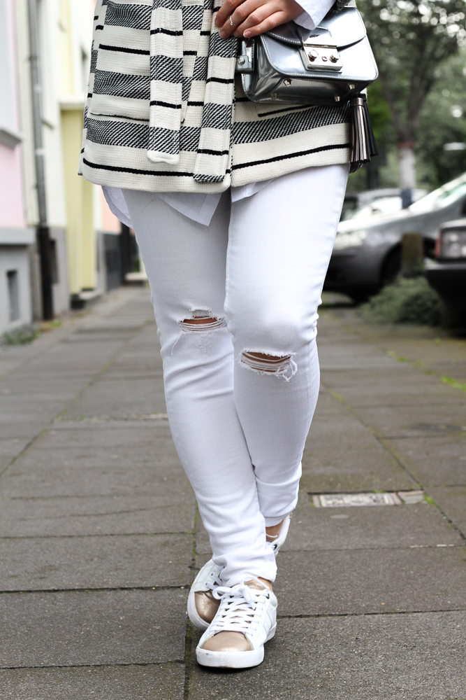 All White Sneaker Look weiße Ripped Jeans Furla Metropolis silber kombinieren Herbsttrend 2016 Outfit 7