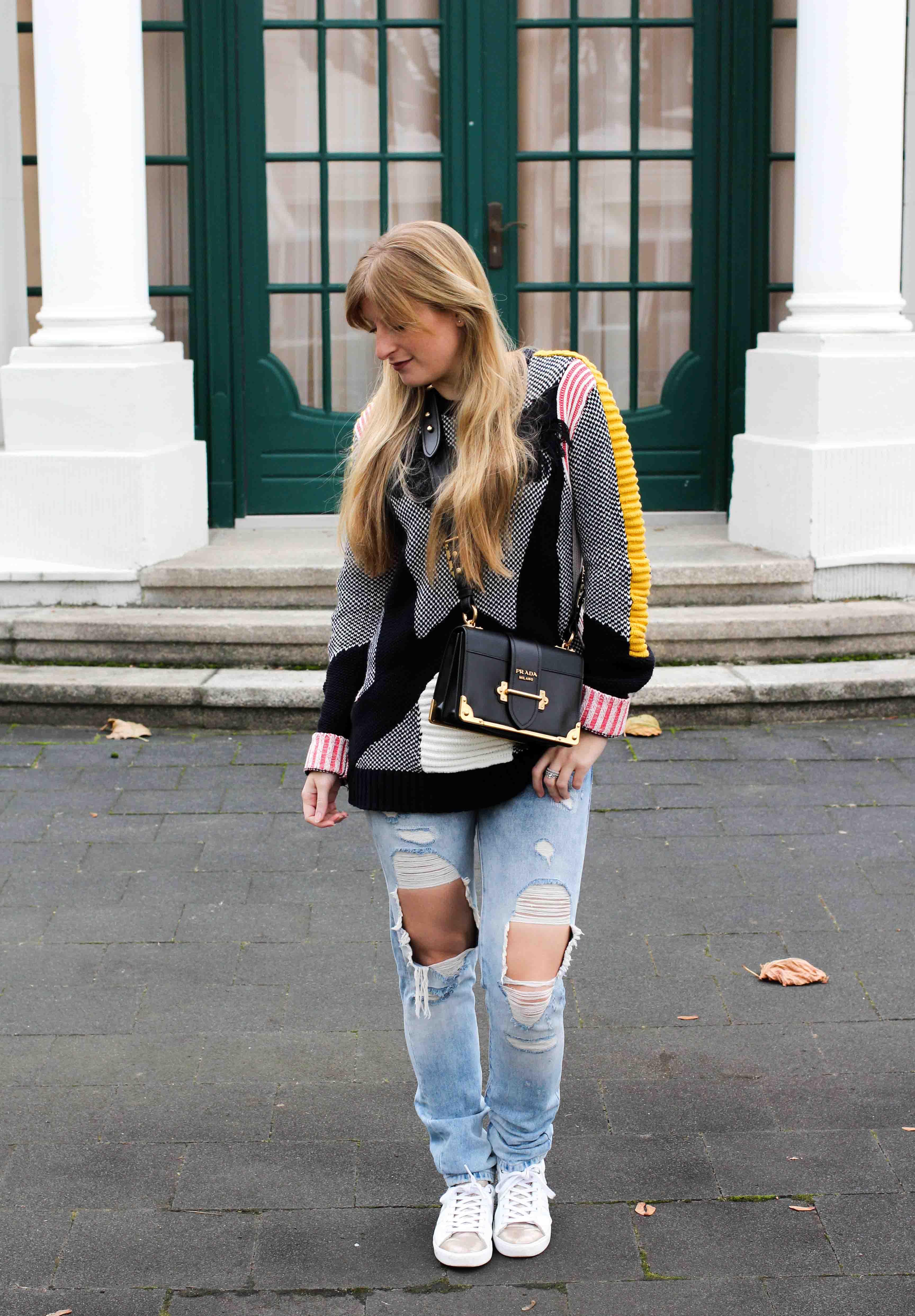 Bunter Wollpullover Asos Statementpullover Ripped Jeans Fashion Blog weiße Sneaker 5