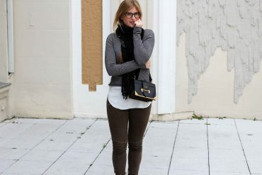 Casual Jeans Look Zara Pullover Schal Winteroutfit Prada Tasche schwarz Modeblogger t