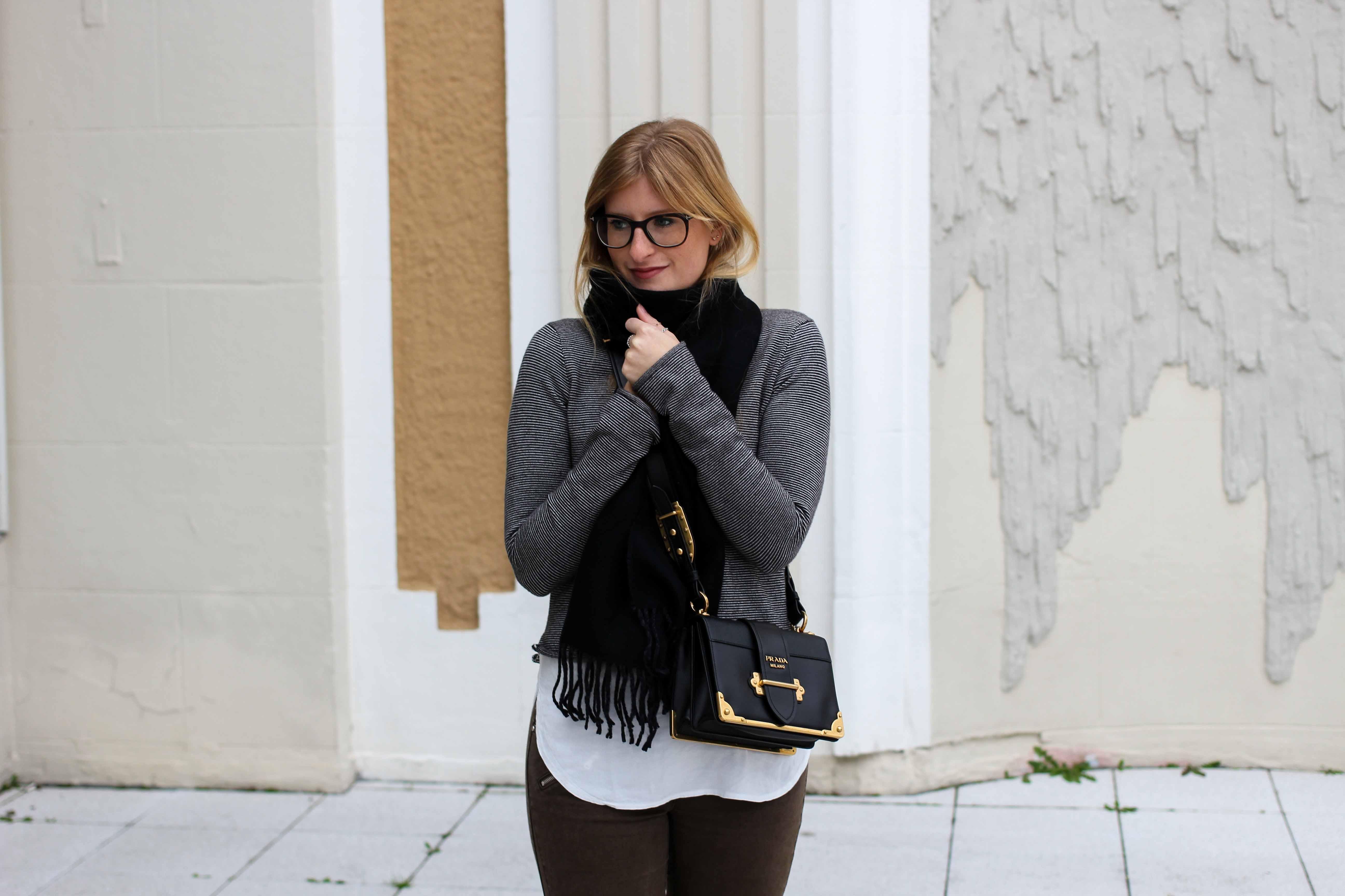 Casual OOTD Look Zara Pullover Schal Winteroutfit Prada Tasche schwarz Modeblogger 6