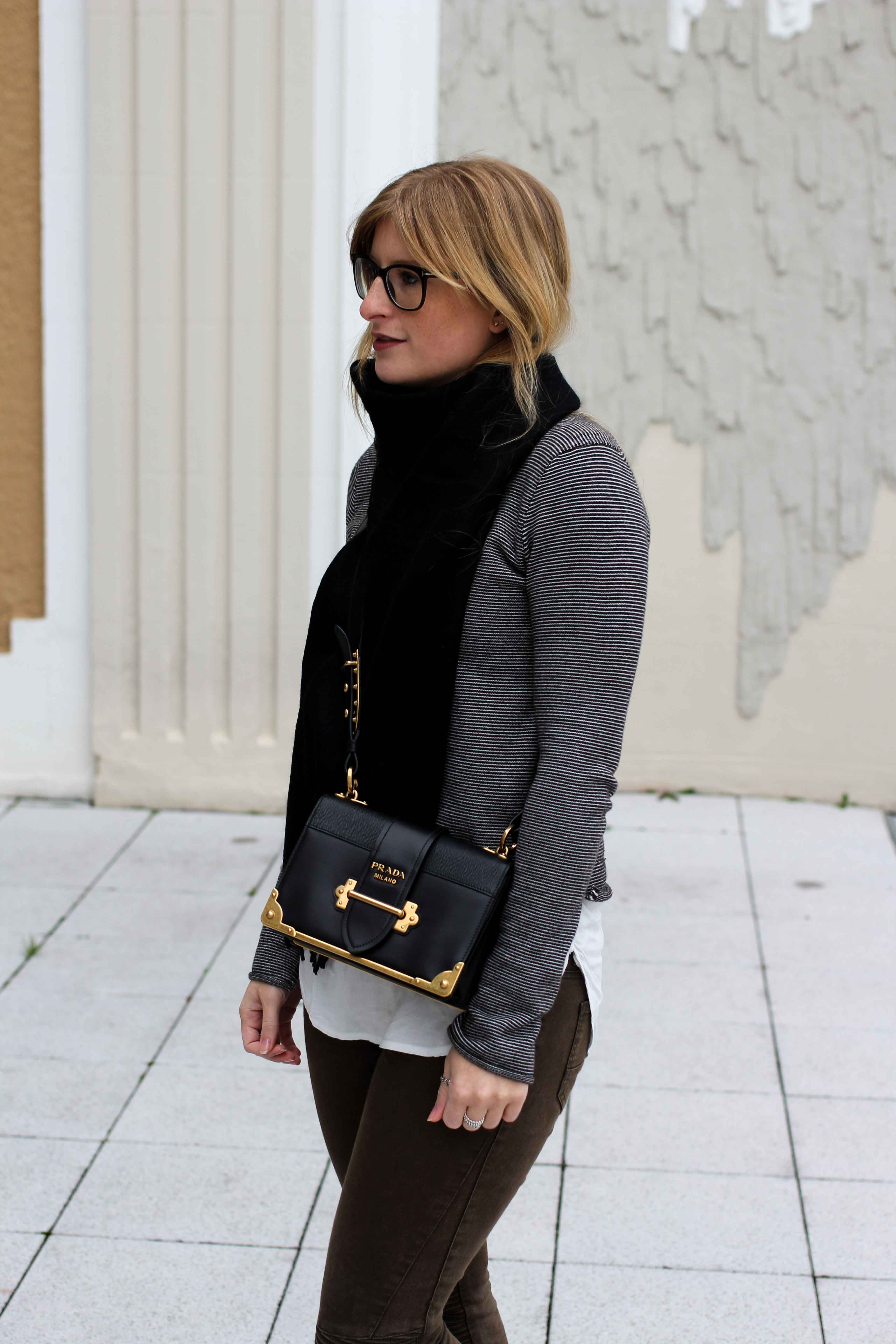 Casual streetstyle Zara Pullover Schal kombinieren Winteroutfit Prada Tasche schwarz Modeblogger 7