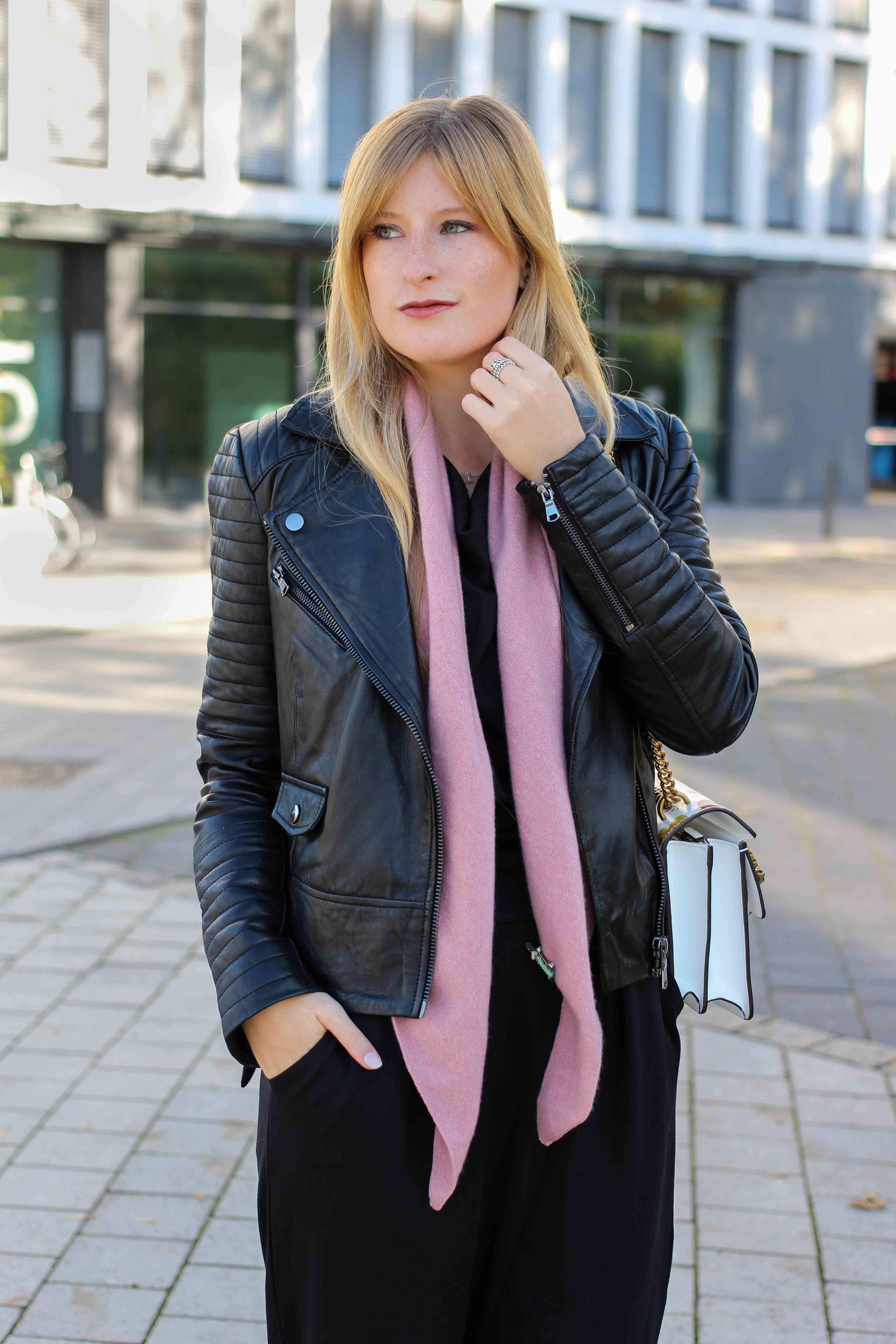 Schwarzer Jumpsuit rosa Kaschmir Schal Fashionsparkle Sparkle Store Lederjacke Modeblog 92