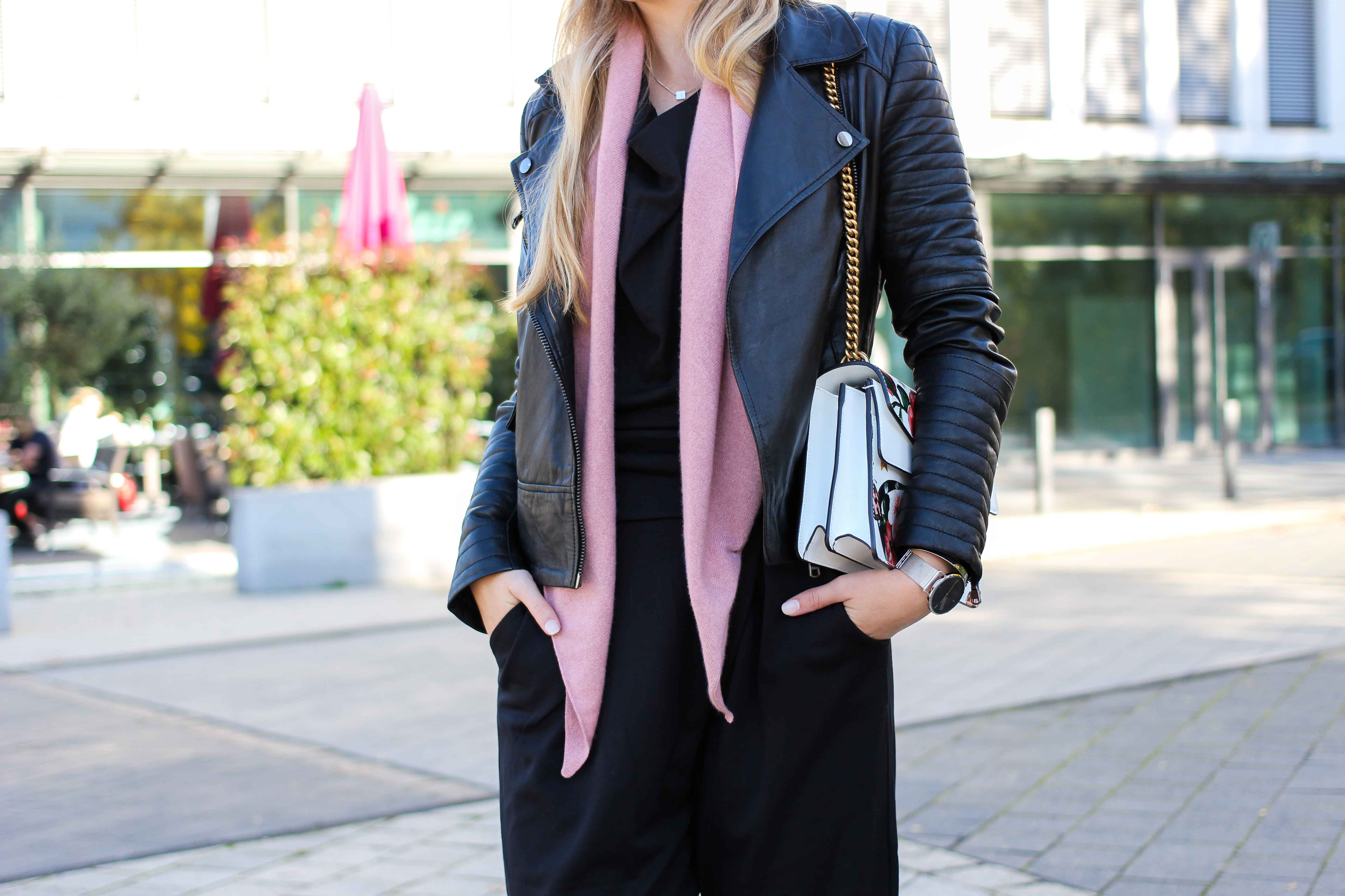 Schwarzer Jumpsuit rosa Kaschmir Schal Gucci Dionysus Designertasche Lederjacke Modeblog Herbsttrend 7