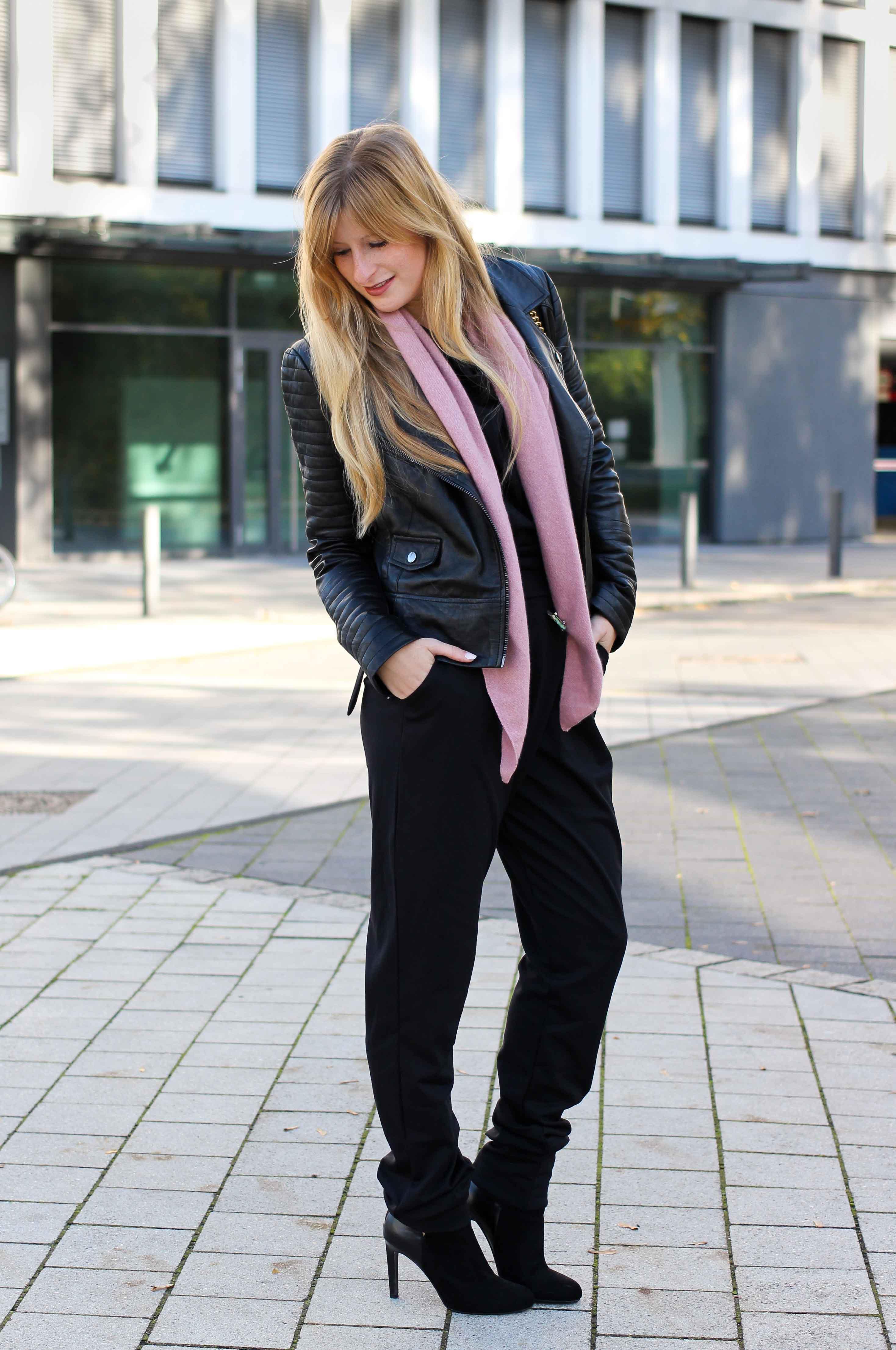 Schwarzer Jumpsuit rosa Kaschmir Schal Gucci Dionysus Garden Print Lederjacke Modeblog Outfit Herbsttrend 1