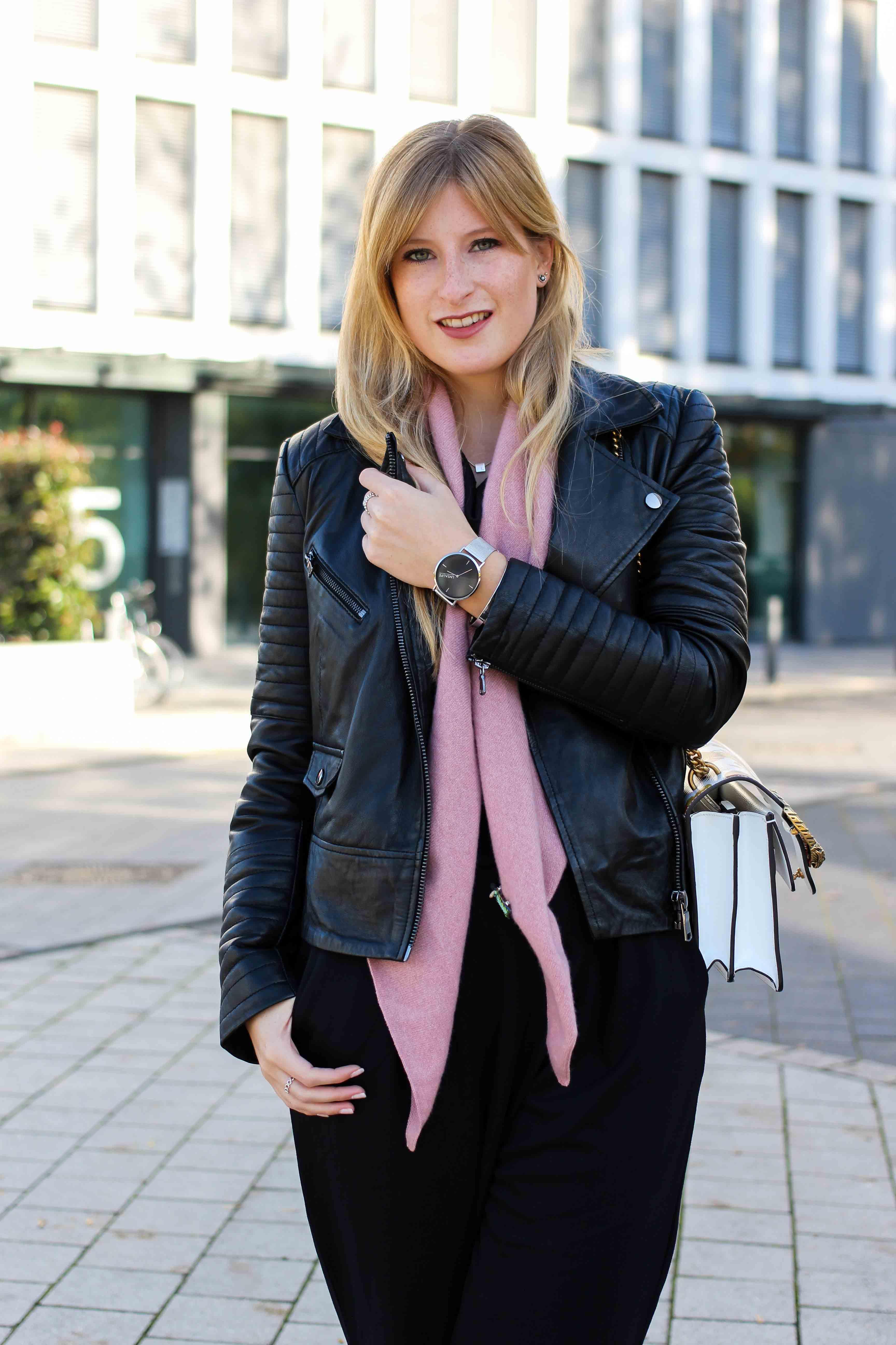 Schwarzer Jumpsuit rosa Kaschmir Schal Gucci Dionysus Garden Print Lederjacke Modeblog Outfit Herbsttrend 6