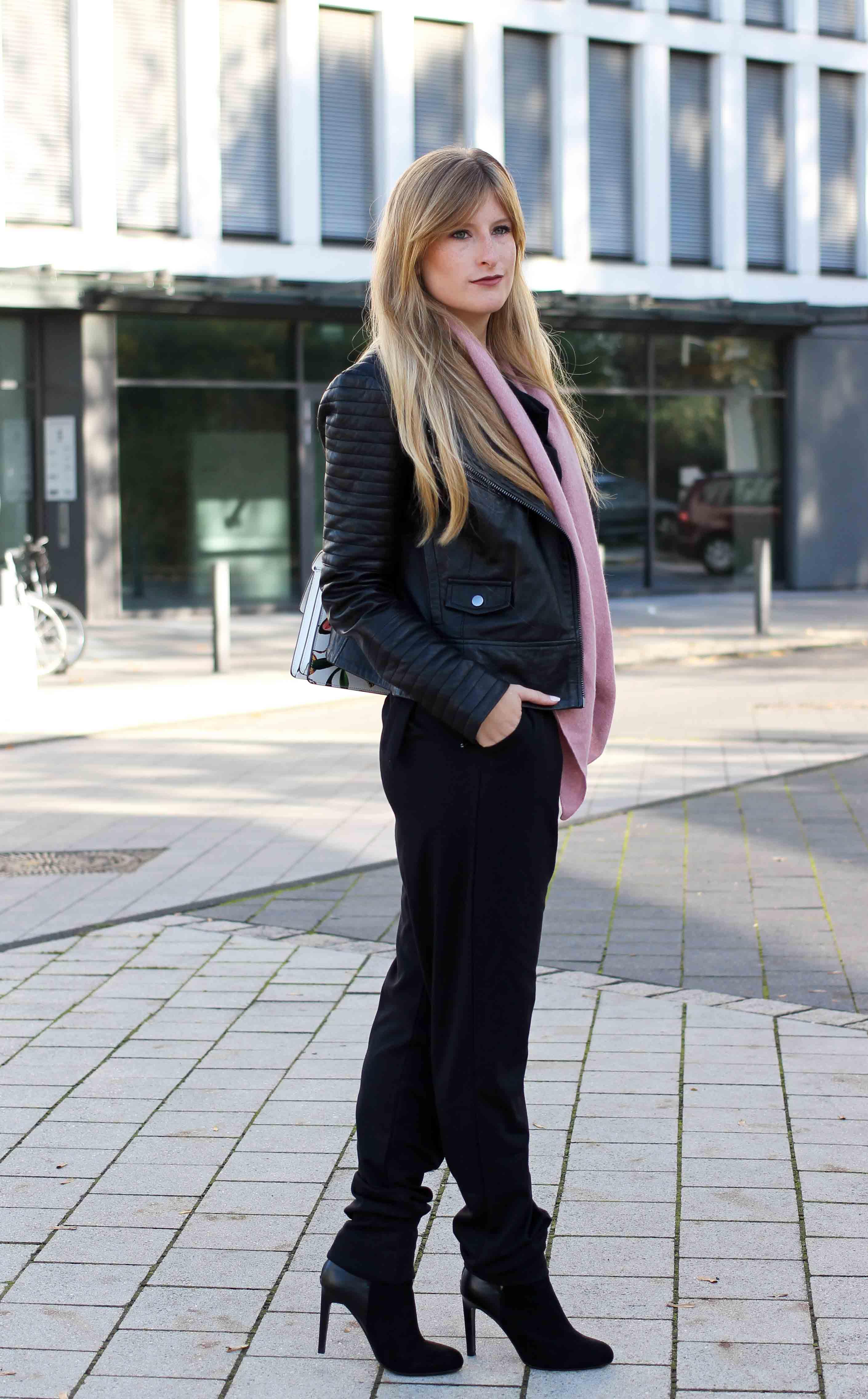 Schwarzer Jumpsuit rosa Kaschmir Schal Gucci Dionysus Garden Print Lederjacke Modeblog Outfit Herbsttrend 9