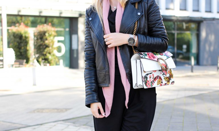 Schwarzer Jumpsuit rosa Kaschmir Schal Gucci Dionysus Sparkle Store Lederjacke Modeblog Outfit Herbsttrend t