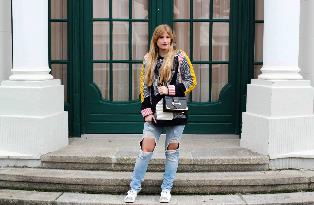 Streetstyle Look | Bunter Wollpullover & Ripped Jeans