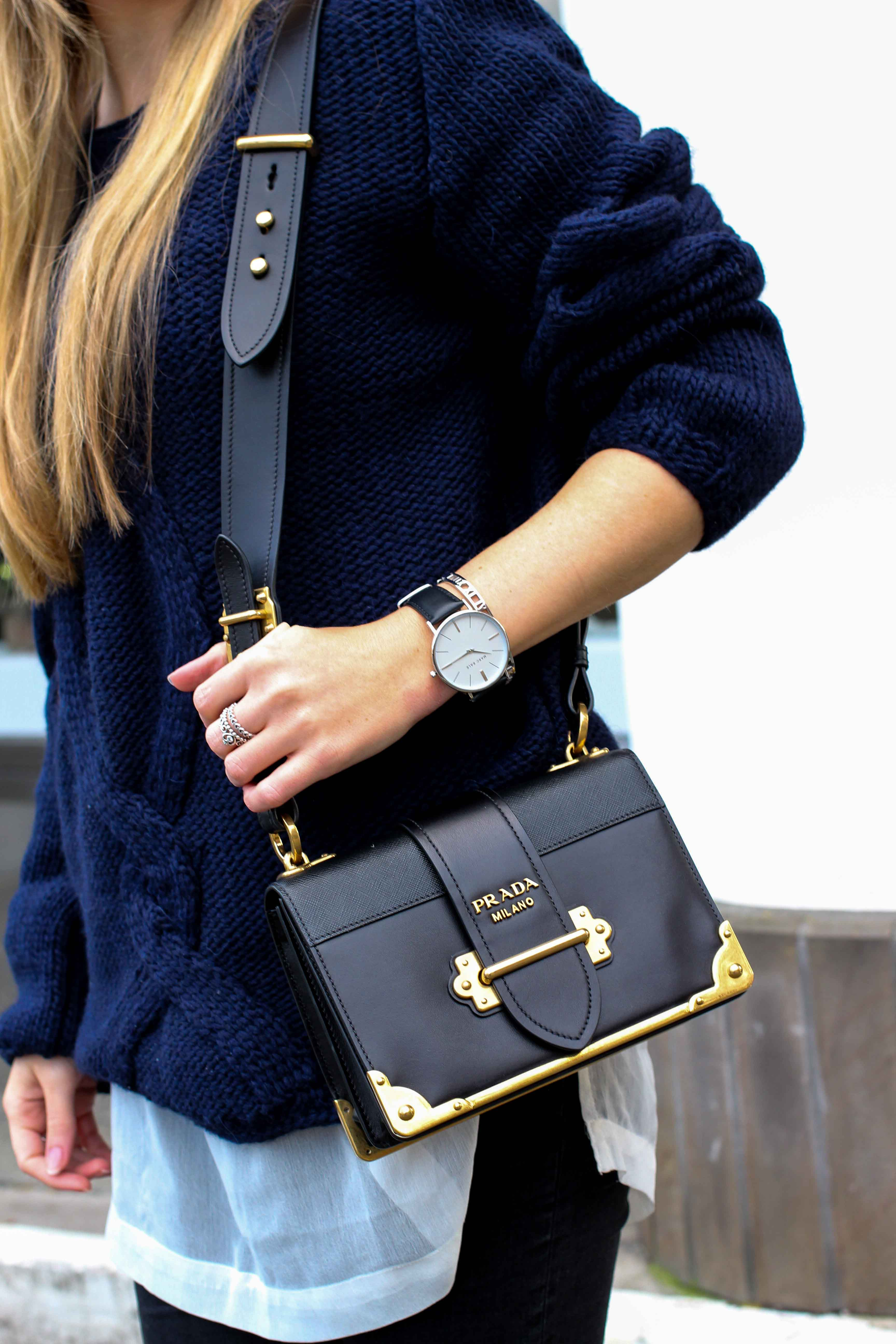 Streetstyle Wollpullover mit Cut-Outs Zopfmuster Prada Cahier Bag Outfit Blog 3
