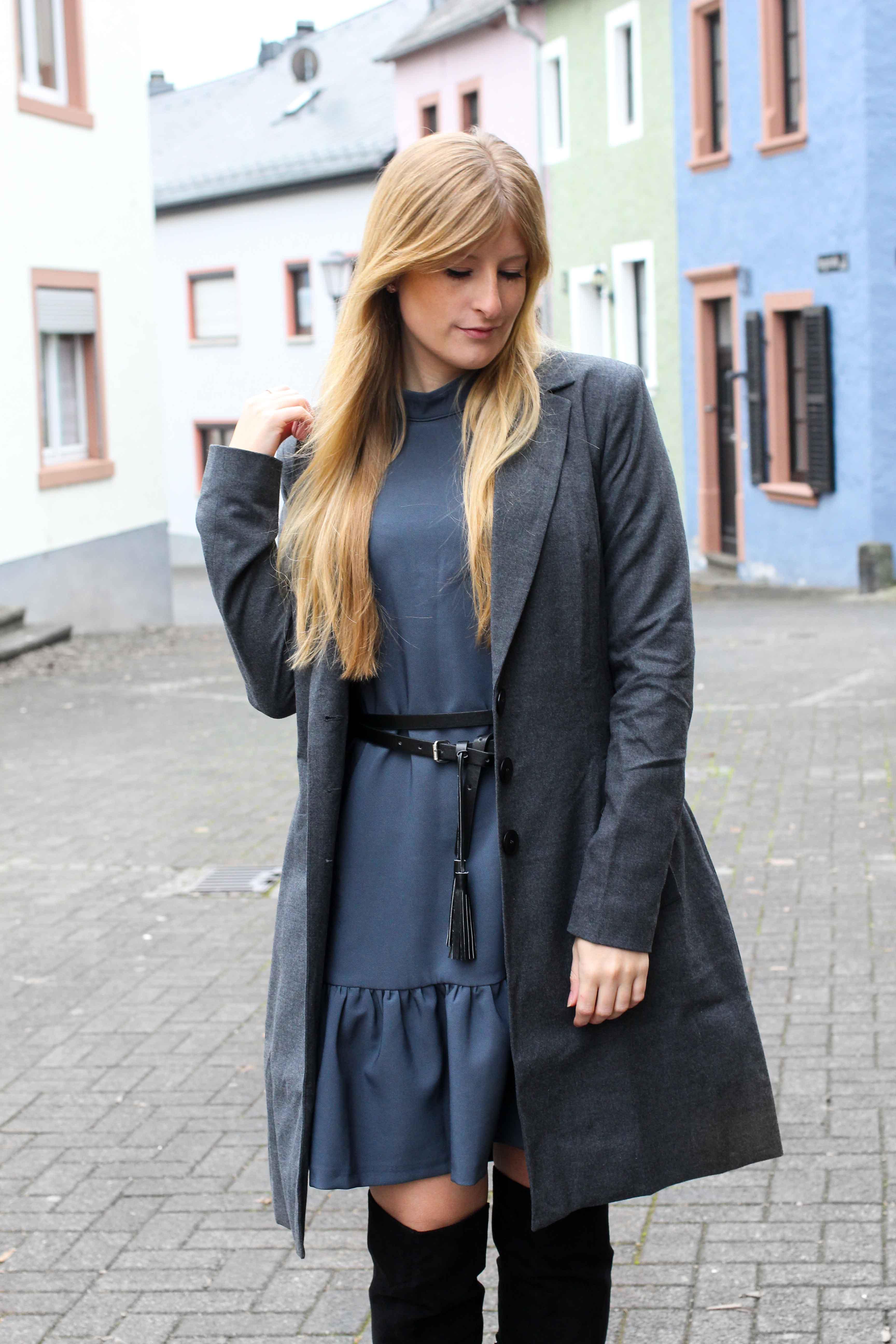 Blaues Winterkleid Schwarze Overknees Grauer Mantel