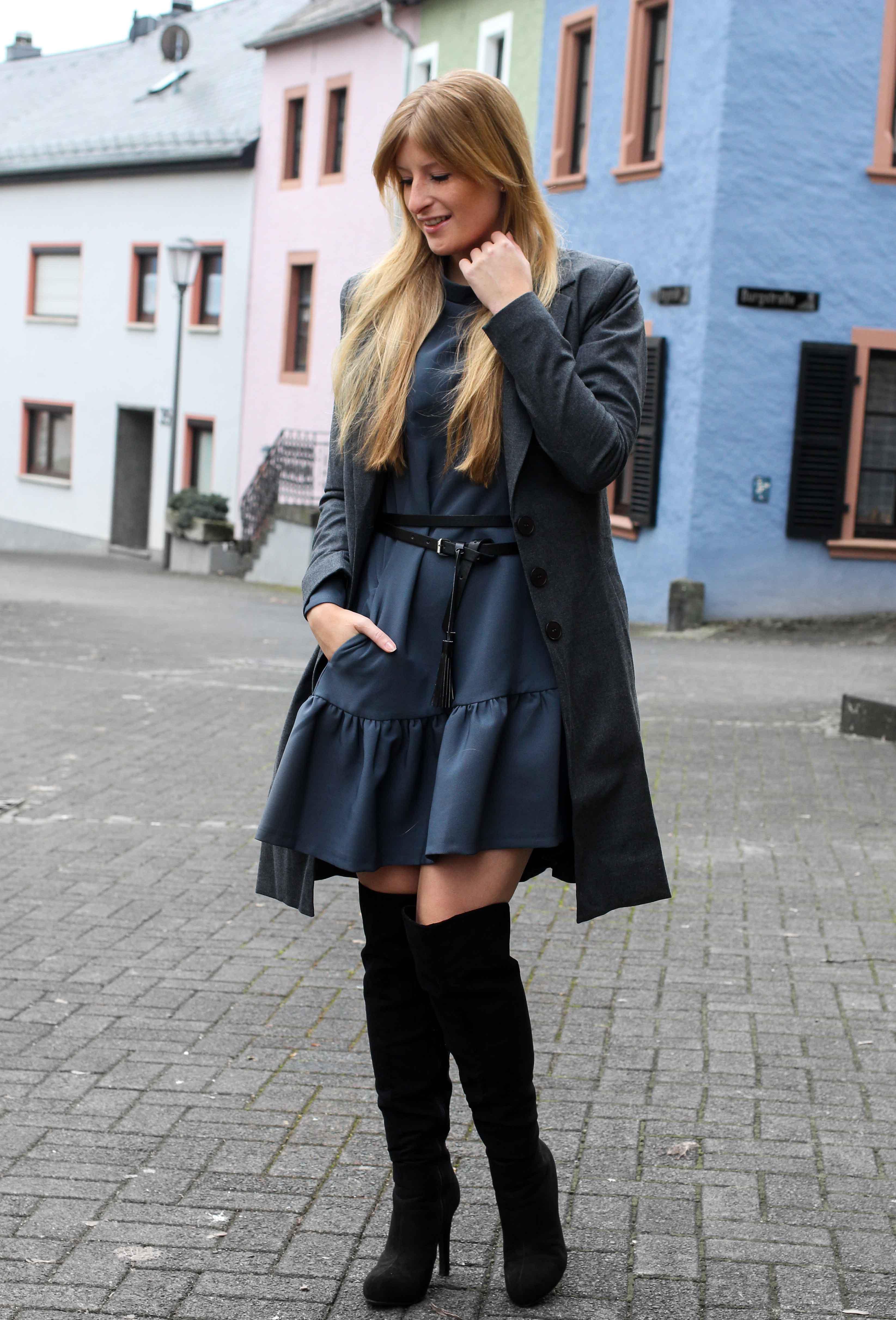 Blaues Winterkleid Closet London schwarze Overknees grauer Mantel Winter Outfit Modeblog 1