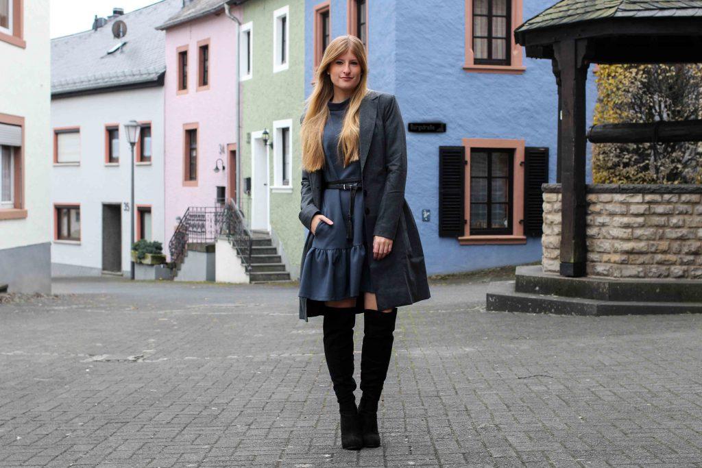Blaues Winterkleid, schwarze Overknees & grauer Mantel