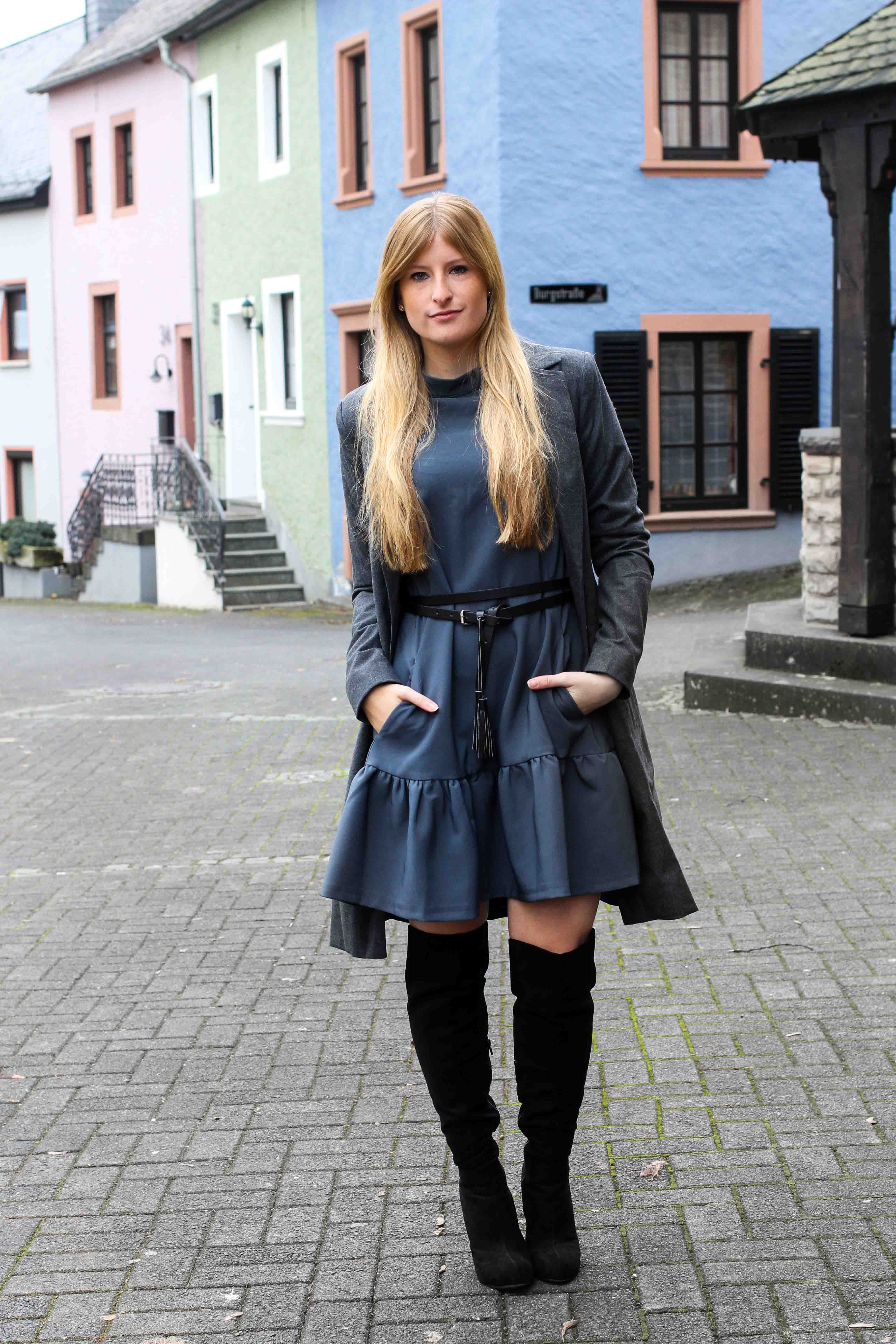 Blaues Winterkleid Closet London schwarze Overknees grauer Mantel Winter Outfit Modeblog 4