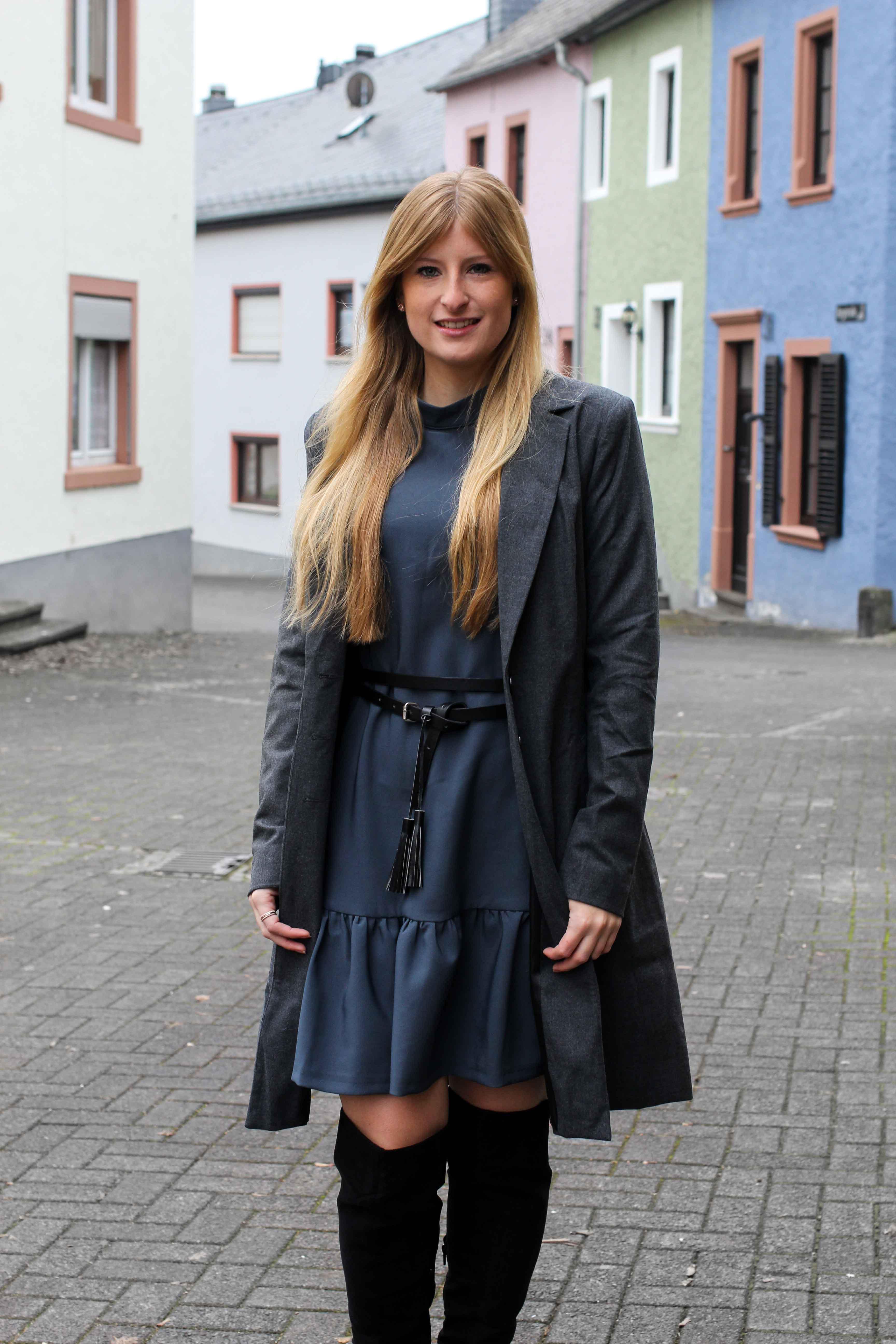 Blaues Winterkleid Closet London schwarze Overknees grauer Mantel Winter Outfit Modeblog 6