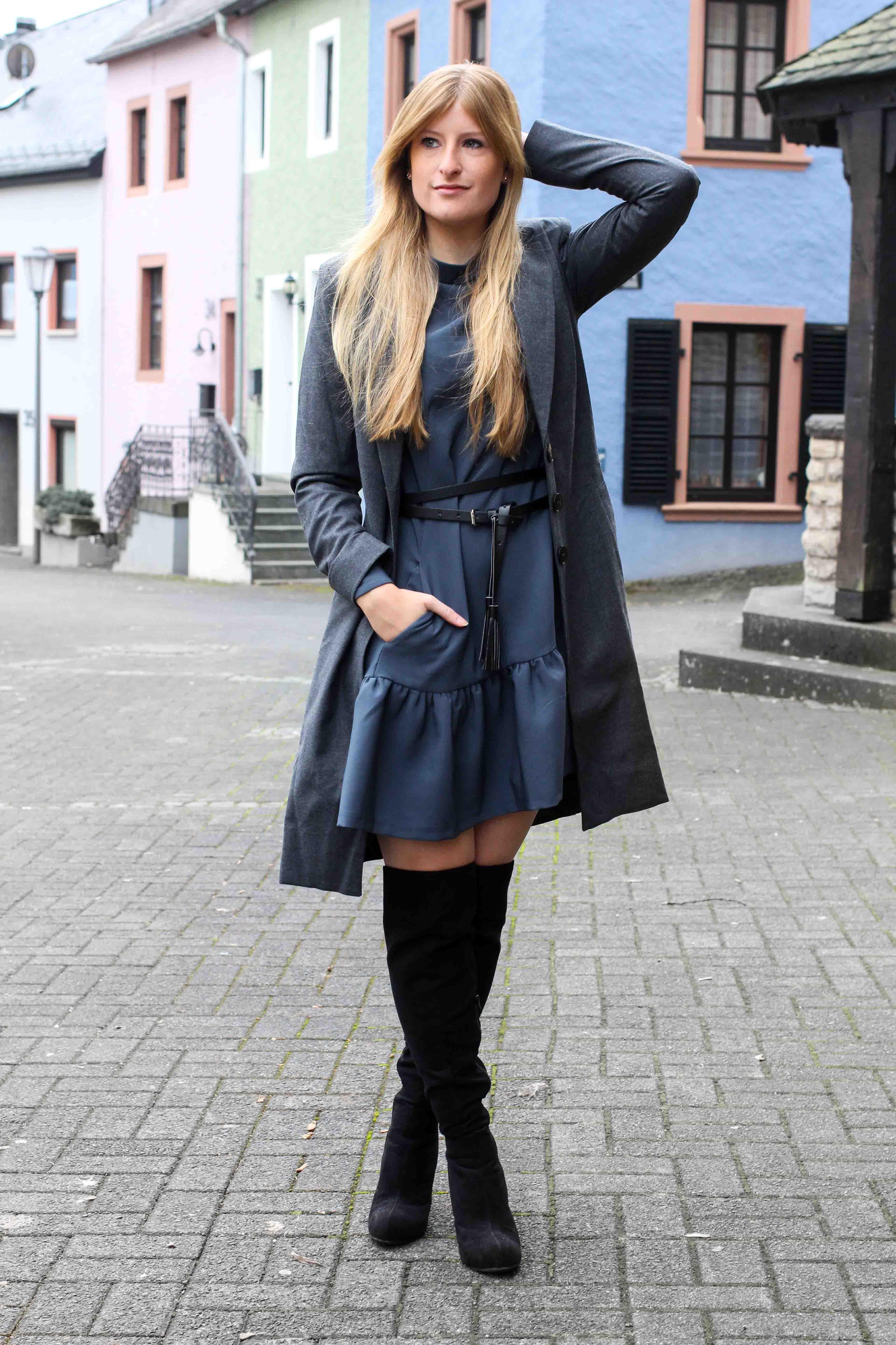 Blaues Winterkleid Closet London schwarze Overknees grauer Mantel Winter Outfit Modeblog 7