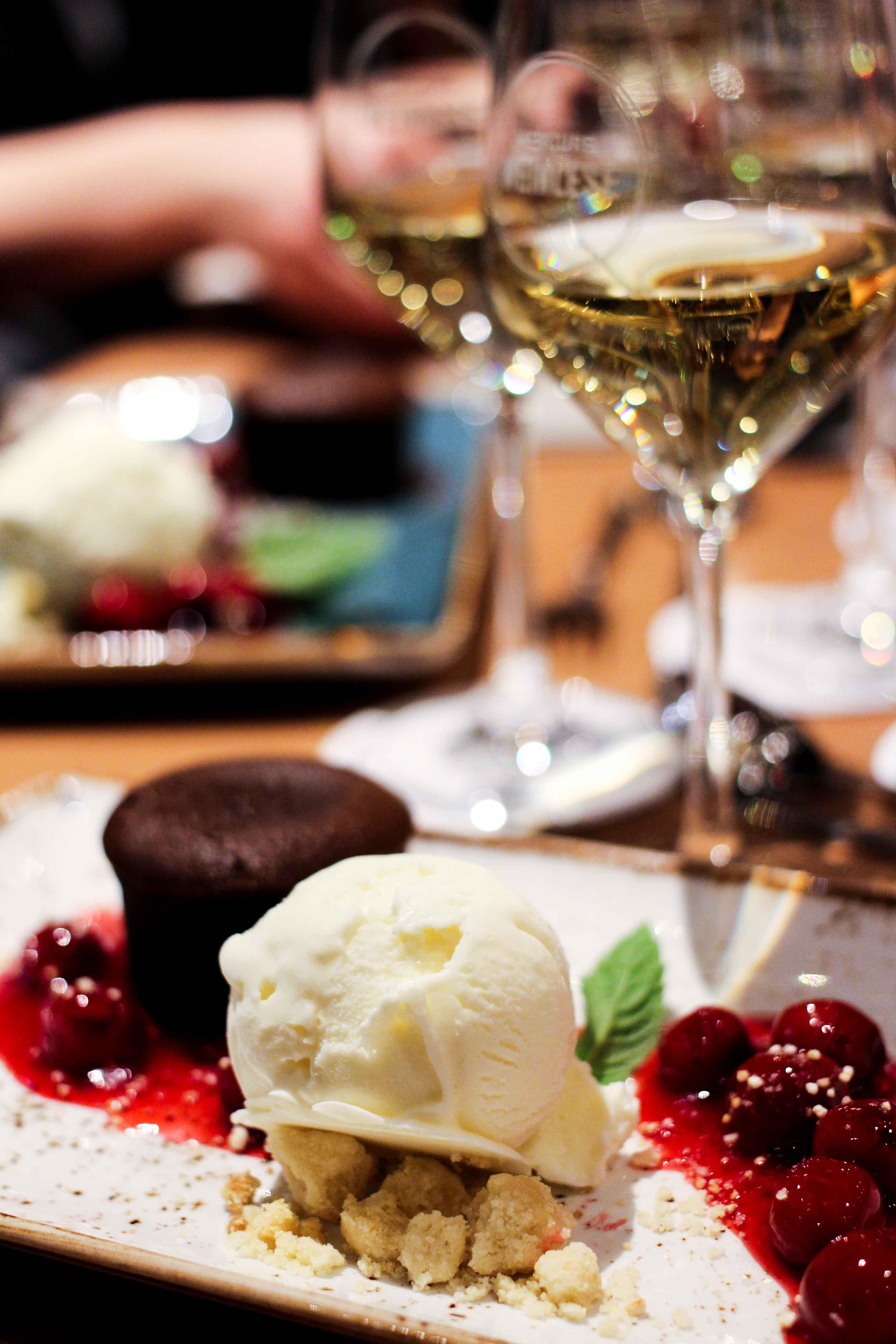 Mercure Weinlese Reiseblog Weinprobe Mannheim Nachtisch Schokokuchen Eis