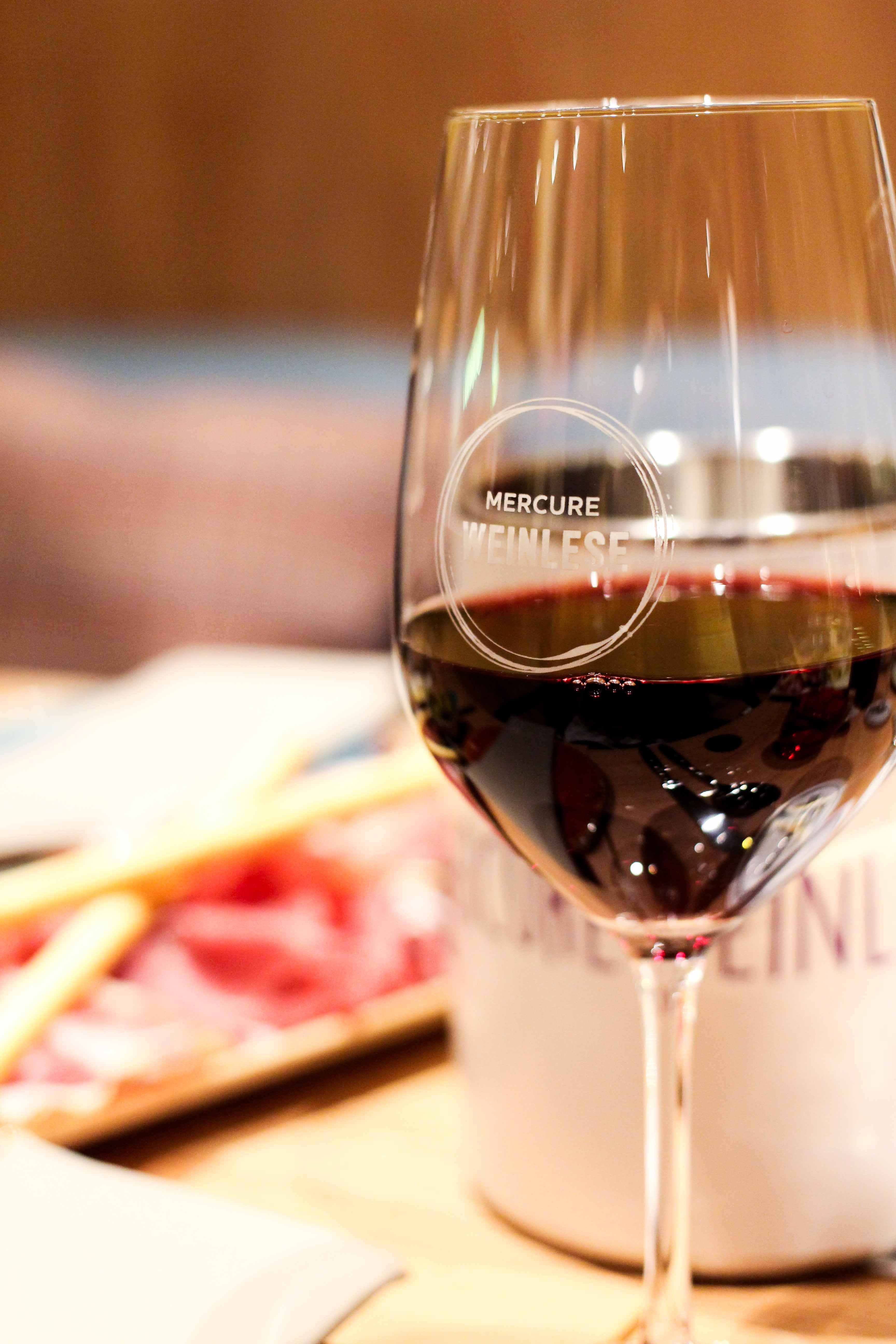 Mercure Weinlese Reiseblog Weinprobe Mercure Mannheim Rotweinglas